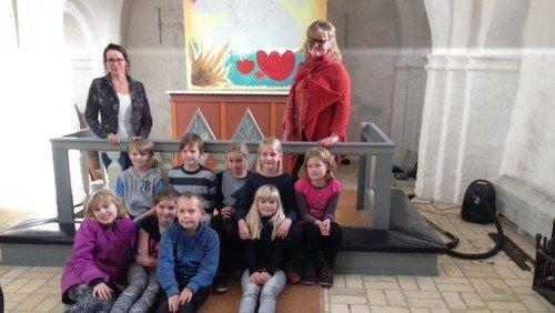 Opsætning af altertavle, lavet af børn på Solhverv Privatskole