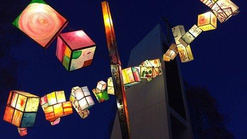 Christbaum mit Lichtern von Flüchtlingen in Neu-Tegel