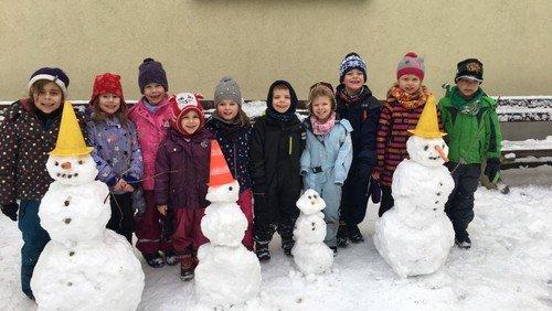 Die Turmfalken bauen eine Schneefamilie