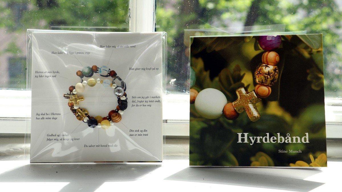 Hyrdebånd + bog er til salg i domkirkens museumsbutik