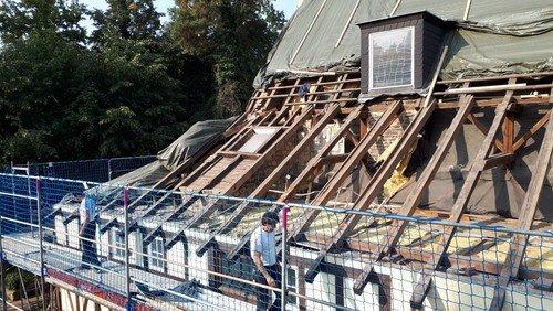Baustelle Kirche: Dach und Fassade werden saniert.