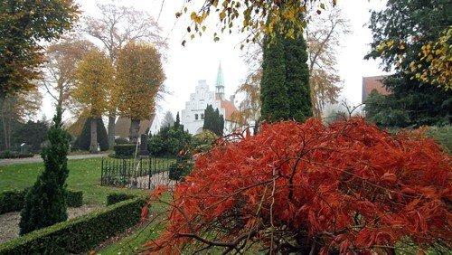 Travlhed på kirkegården