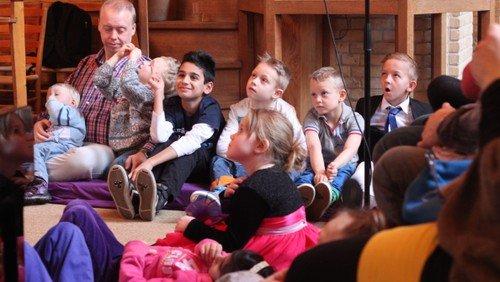 Hvorfor er der lyde af børn i kirken?