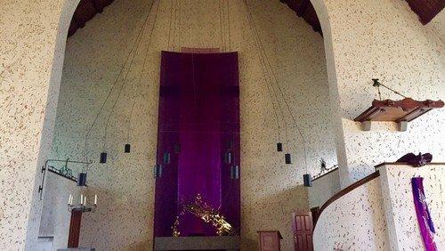 Verhüllung des Altarkreuzes - Kunstinstallation in der Johanneskirche