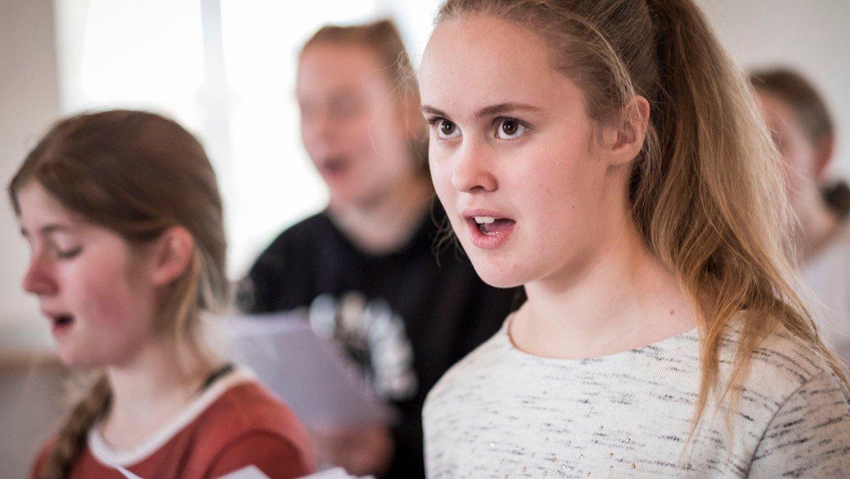 Sangere fra Herstedøster Kirke synger live på DR K