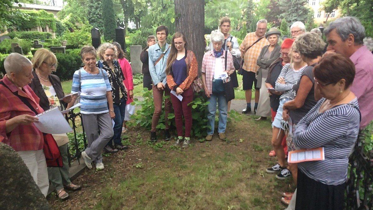 Gut besuchte Veranstaltung zu den vergessenen Schriftstellerinnen auf dem Alten Zwölf-Apostel-Kirchhof