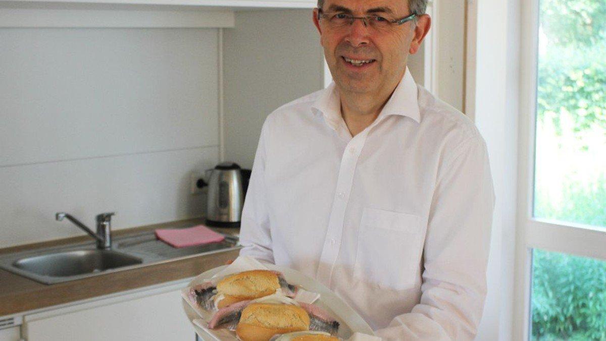 Bischof verkauft auf Helgoland Fischbrötchen