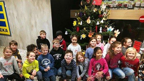 OGS Lützenkirchen schmückt Weihnachtsbaum