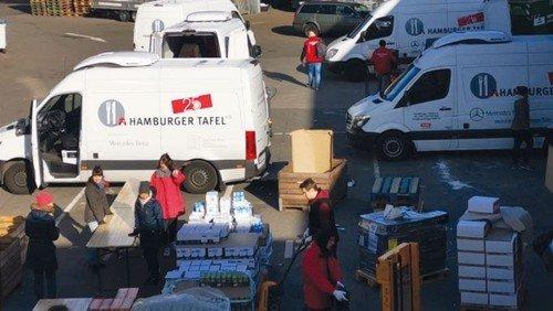 Iserbrooker Tafel gibt Lebensmittel in Tüten aus
