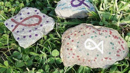 Steine mit Fischen bemalen - Nathan-Söderblom-Gemeinde lädt ein