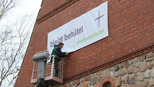 Banner senden Hoffnungsworte aus
