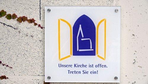 Die Nienstedtener Kirche  ist sonn- und feiertags  bis 16:00 Uhr geöffnet