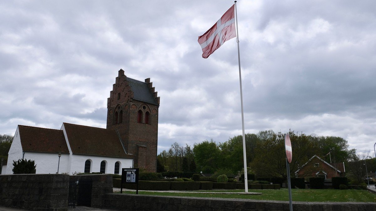 Flaget blafrer ved Brøndbyøster Kirke