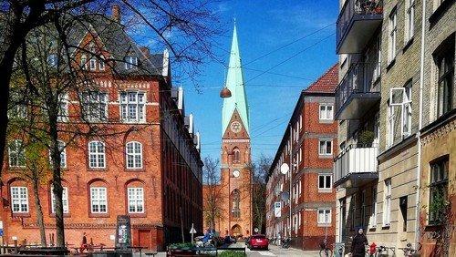 Forsigtig genåbning af Hellig Kors Kirke efter covid nedlukning
