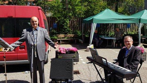 Pinsedag sang Kurt Dahl for de ældre i sognet