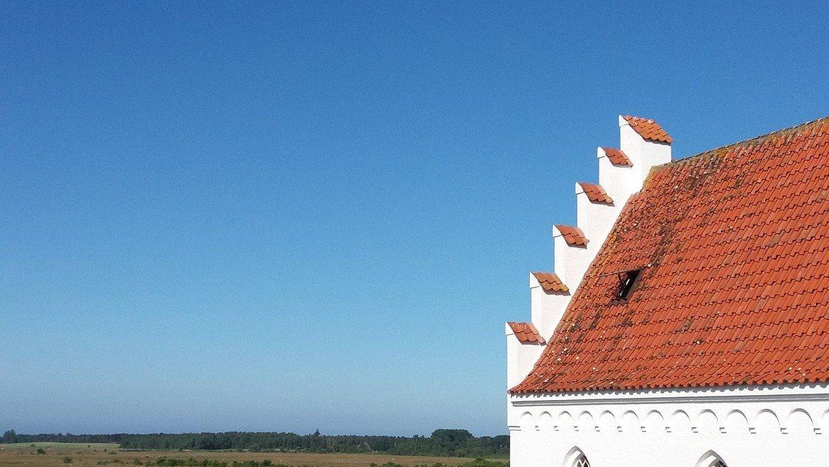 Langør Kirke i morgensol