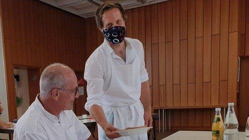 Pfarrer Würfel löst Spätzleswette ein