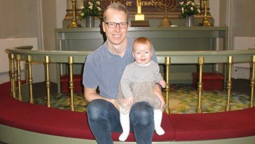 Frederikke tog far og mor med i kirke