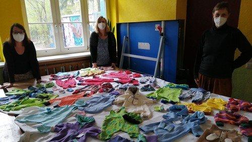 Babys in Not: Helferinnen nähen Kleidung - KreativFabrik unterstützt