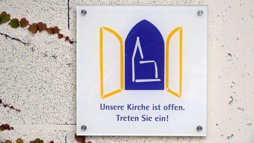 Die Nienstedtener Kirche ist an Sonn- und Feiertagen nach dem Gottesdienst bis 15:00 Uhr für Besucher geöffnet