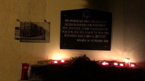 Leuchtende Kerzen erinnern an die Pogromnacht 1938