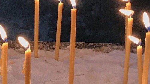 Gedenken an Verstorbene: Namen und Lichter