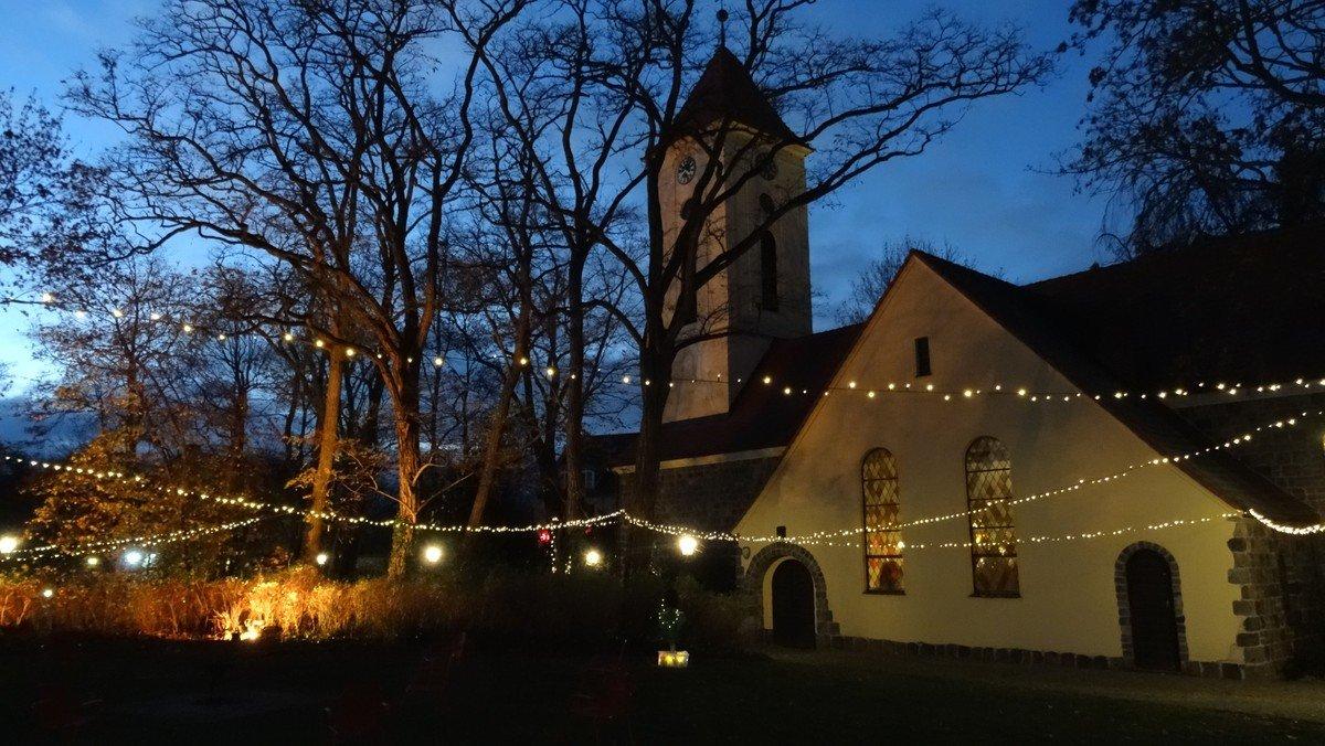 Der Weihnachtsgarten an der Dorfkirche ist auch über die Feiertage täglich von 15-18 Uhr geöffnet.