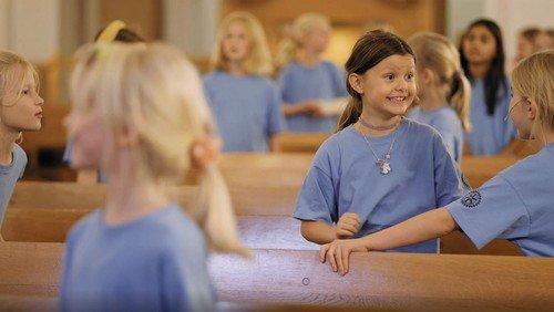 Brønshøj Kirkes Børnekor synger 'Søren Banjomus' og 'I aften er det juleaften'.
