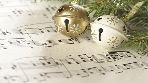 Kirchenmusiker*innen in Reinickendorf spielen Weihnachtsmusik zum Hören