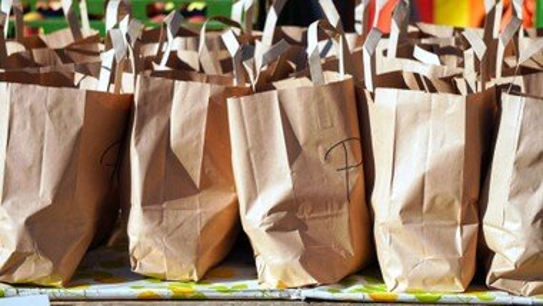 Berliner Tafel packt Extra-Tüten für Obdachlose