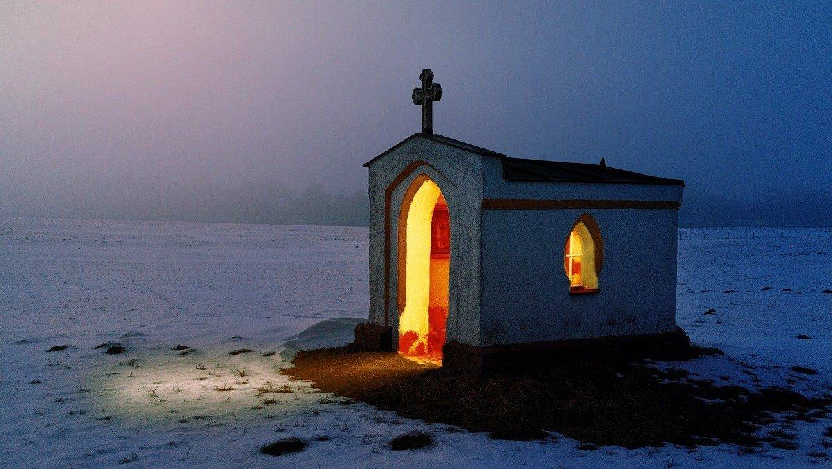 Offene Kirchen in Reinickendorf für stille Gebete bei Kerzenlicht