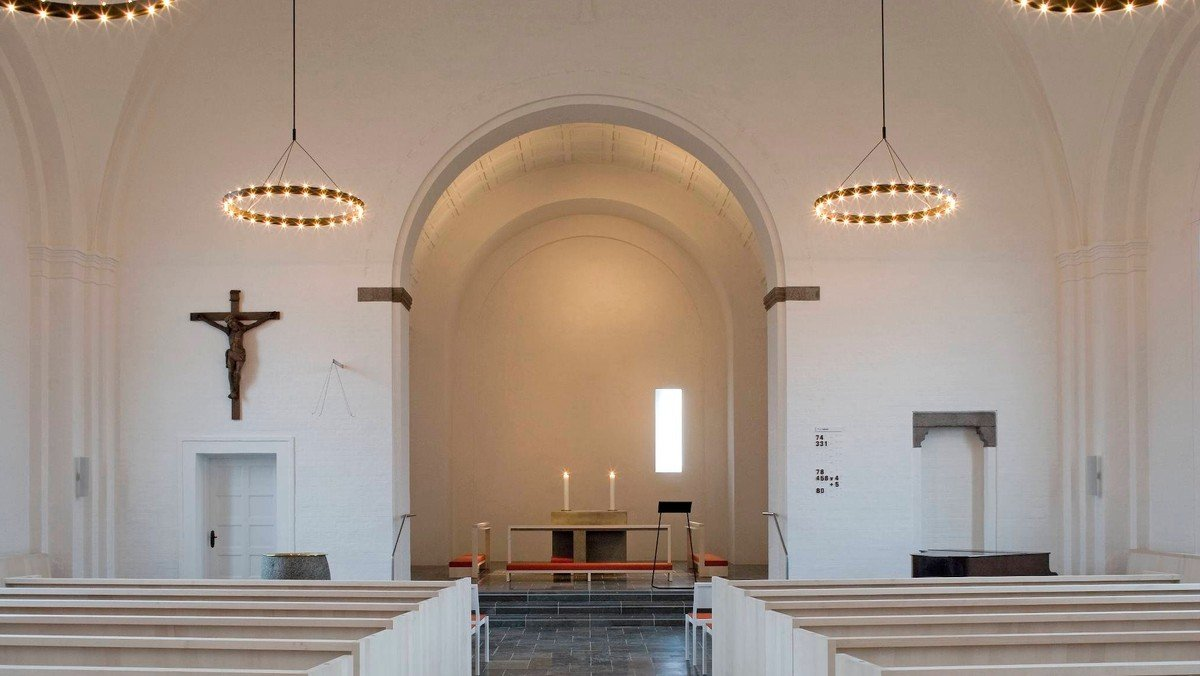 Kirken er atter åben for Højmesse med sang