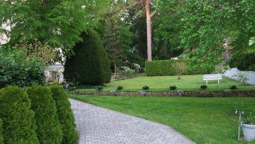 Kreuzweg durch den Klostergarten