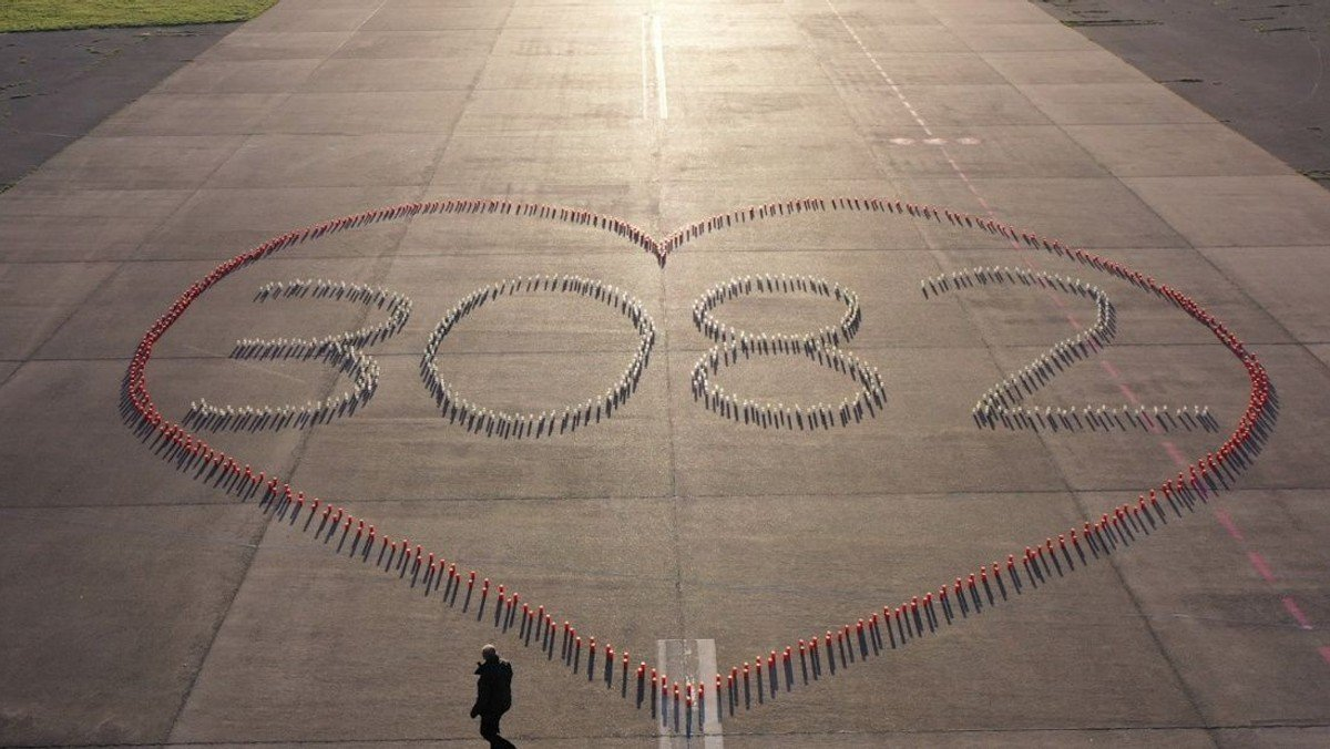 Coronagedenken mit Kerzen auf dem Tempelhofer Feld