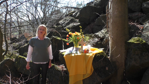   Lotta feiert Ostern: Familiengottesdienst mit Gemeindepädagogin Kerstin Griesing ud ihrer Handpuppe