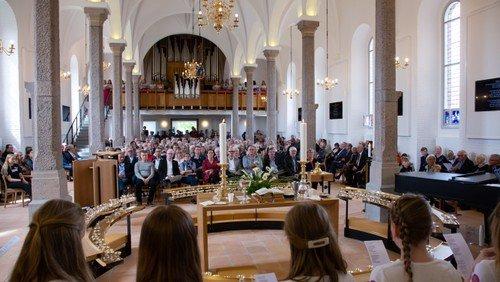 Længere gudstjenester - nu også med fællessang