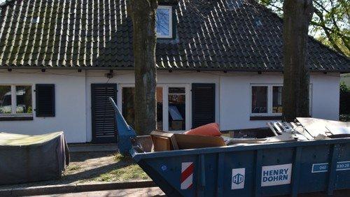 Ein Baucontainer steht schon vor dem Jugendhaus - die Sanierung beginnt!