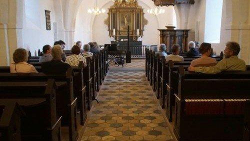 Toner af guld en sommeraften i Sjelle Kirke