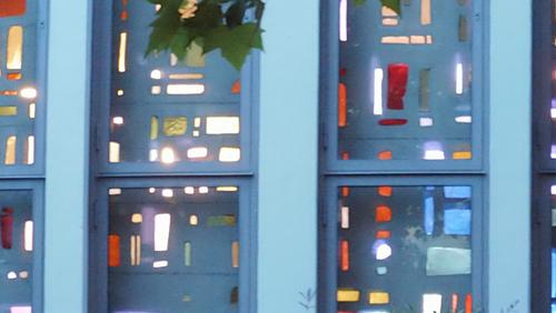 Letzter Blick auf die Dallglasfensterwand vor Abriss der Zuversichtskirche in Staaken