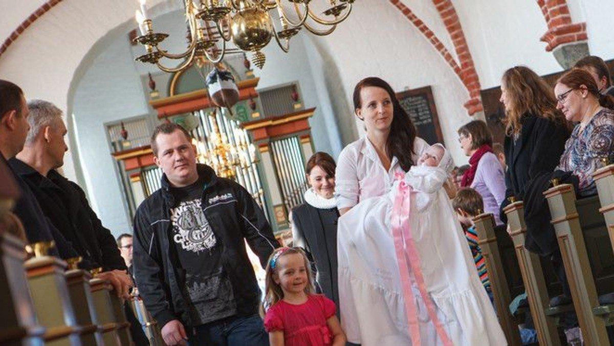 Danskerne holder fast i folkekirken
