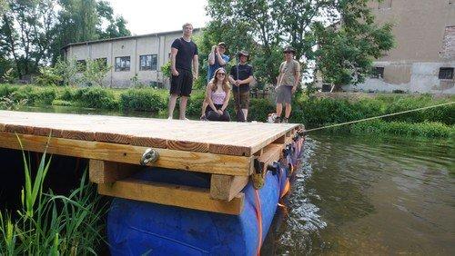 Gelungene Jungfernfahrt für Sommerfreizeit-Floß der Gemeindepädagogik