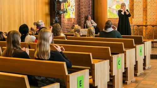 Siddepladser i kirken og covid-19 retningslinjer