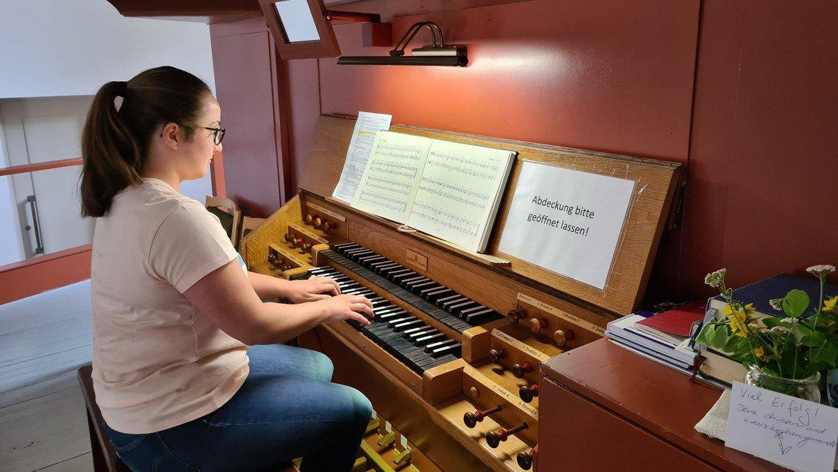 Constanzia Schumacher absolviert die D-Prüfung für Organisten