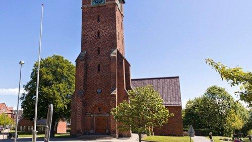 Et løft til kirkepladsen foran kirketårnet