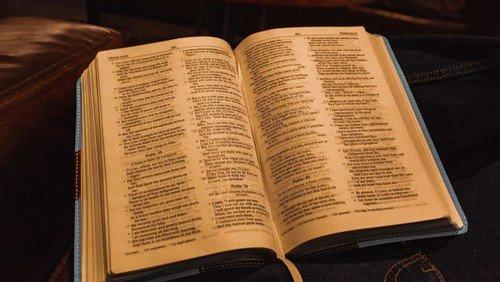 Die Bibel in leichter Sprache - nun auch in unseren Kirchen zur Hand