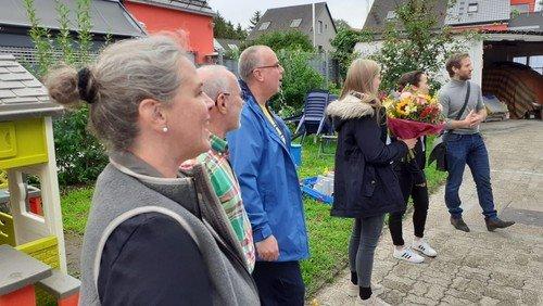 Ein Ständchen vor der Haustür zum 80. Geburtstag der Kirchendienerin