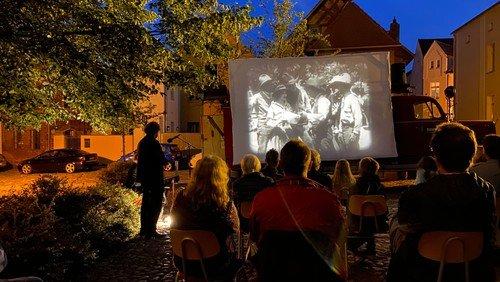 Impressionen vom Stummfilm auf dem Kirchplatz am 3.9.2021