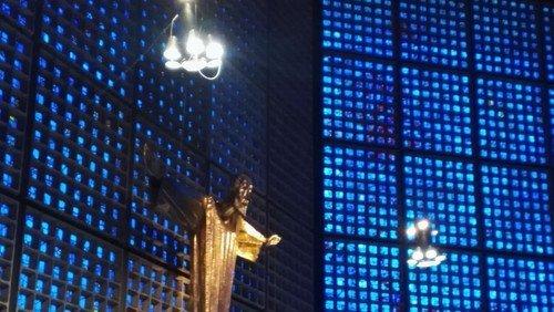 Das Licht in der Kirche – komplementär zum blauen Glas. Spendenprojekt zum Jubiläum