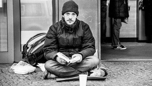 """Outdoor-Ausstellung """"Kein Raum – Obdachlos in Zeiten von Covid-19"""""""