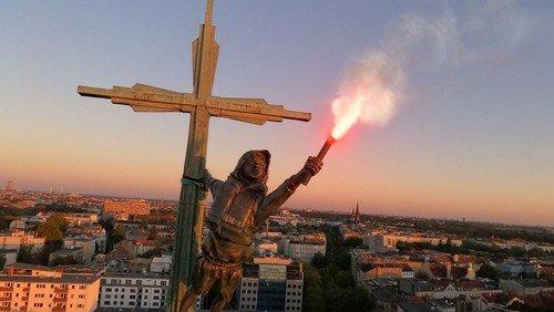 Kunstinstallation auf der Heilig-Kreuz-Kirche macht auf Flüchtlingskrise aufmerksam